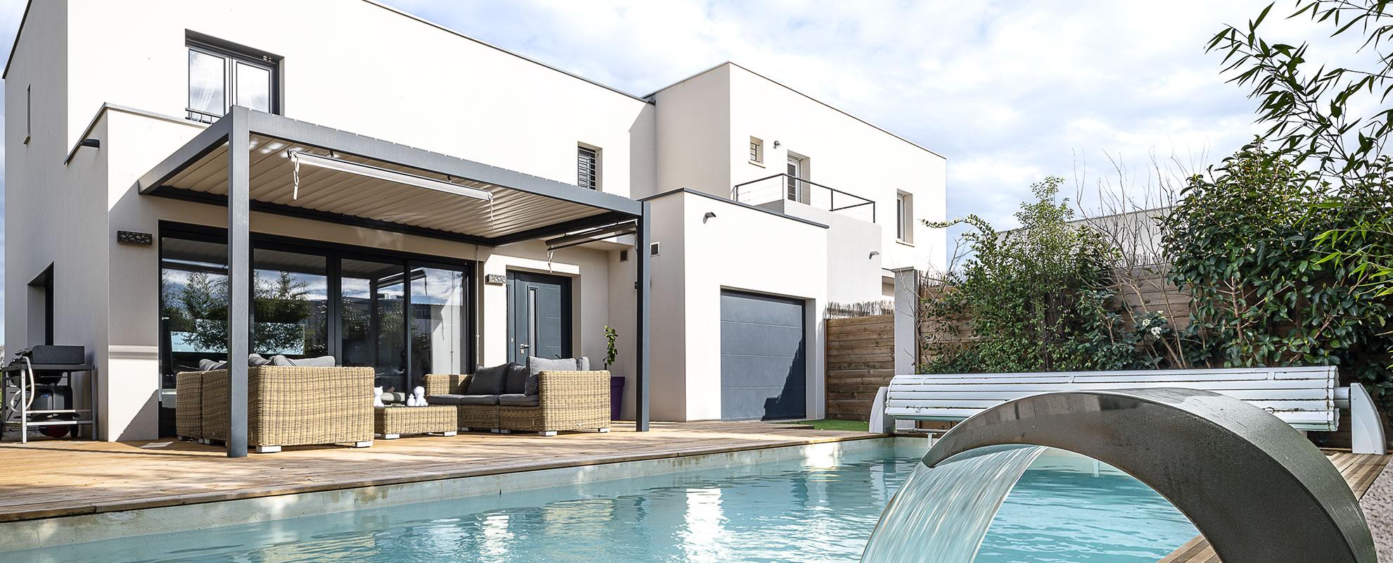 Villa à étage et toit plat avec piscine et terrasse bois à Saint-Brès